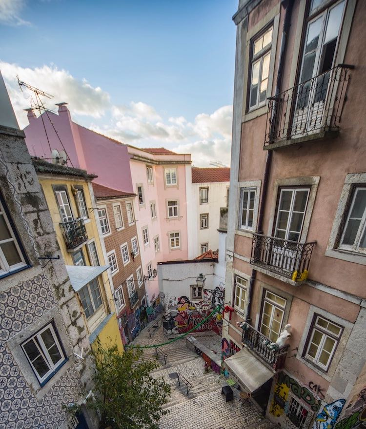 Escadaria na Alfama, em Lisboa. Região com muitas ofertas pelo Airbnb.