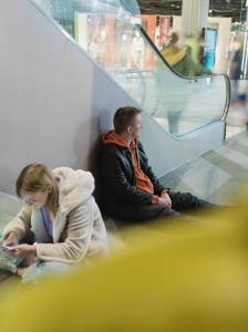 Miksi jotkut ihmiset on ihan sekaisin ostarilla tai metrossa?