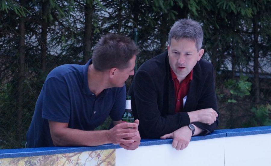 Im vergangenen Jahr politische Kontrahenten im Bürgermeisterwahlkampf - jetzt im Gespräch an der Bande beim EisstockCup: Ingo Roll, Vorsitzender des Schöneicher Mittelstandsvereins (links) und Bürgermeister Ralf Steinbrück.