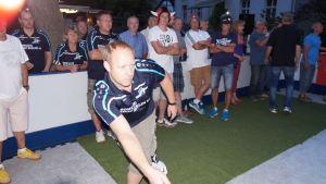 Volle Konzentration beim Eisstockschuss - Spieler des Bowling-Teams vom B1-Center