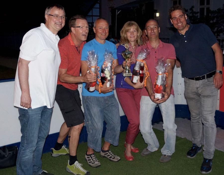 """Die Mannschaft """"Freundeskreis Schöneiche"""" gewann das Turnier. Klaus-Michael Heims, Vorsitzender der BürgerStiftung Schöneiche (links) und Ingo Röll, Vorsitzender des Schöneicher Mittelstandsvereins (rechts), gratulierten dem Team und überreichten Pokal und Präsente."""