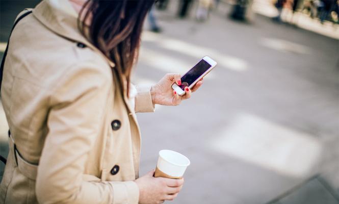 La Ley del Caminante Distraido en Honolulu multará a quienes que crucen la calle mirando el móvil
