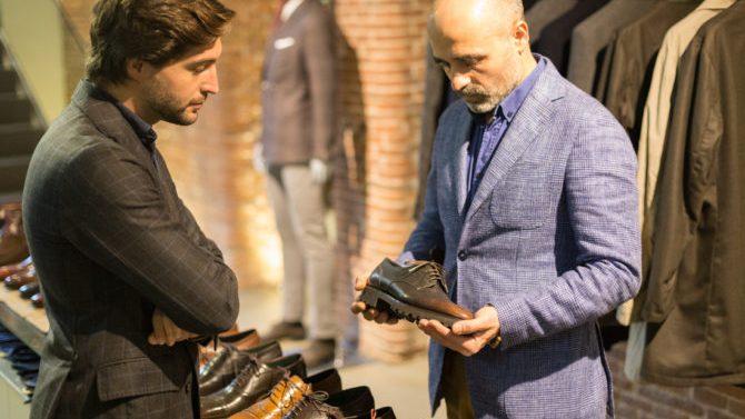 Un letrado lo deja todo para fabricar zapatos en Barcelona