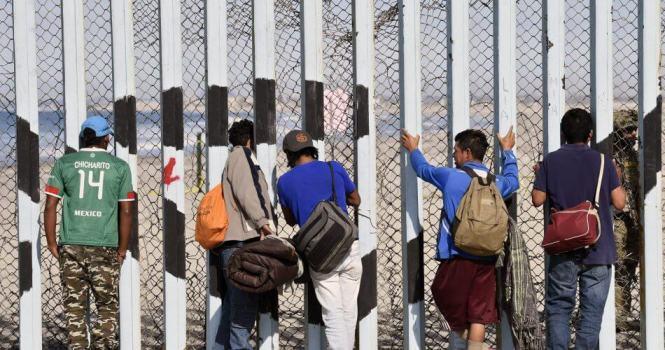 Gobernadores republicanos presionan a Biden por política migratoria