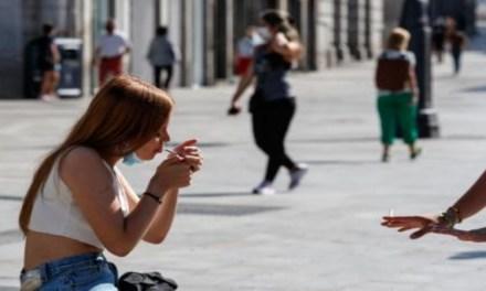 Un juez anula una multa por fumar en la calle sin mascarilla