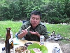 岩魚の刺身を食べるボス
