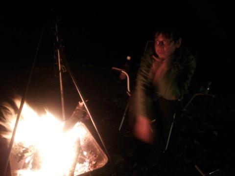 焚き火を見つめて物思いにふける