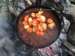 1時間煮込んだら、人参・ジャガイモを入れる