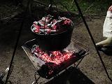 ダッチオーブンを火に掛ける