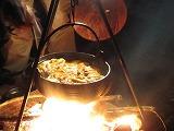 焚き火で鍋を作る