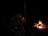 焚き火を見つめる