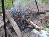 残ったオキ火に薪をくべる