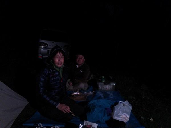 寒空の下深夜の酒盛り