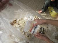 塩・麹を潰した大豆に加える