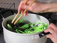 鍋で小松菜を茹でる