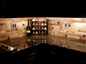 completed backsplash with glass accents viahttp://www.homeondesign.net/