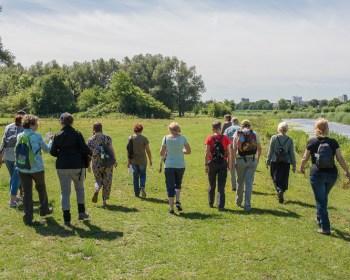 De deelnemers aan de excursie wandelen door de Aa-broeken.