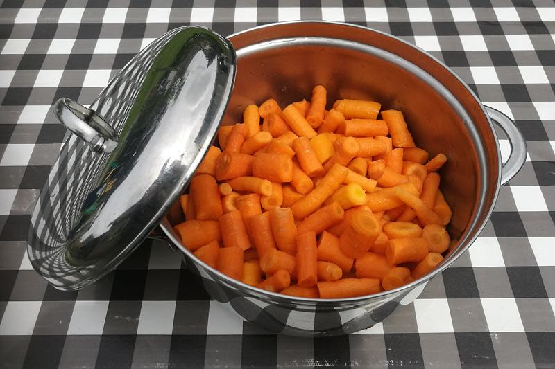Een pan vol lekkere worteltjes.