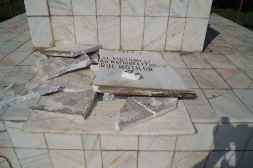 A venit şi rândul  lui Avram Iancu.Placa de sub bustul său din Carei a fost  distrusă