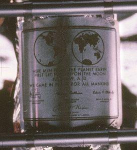 """Оставена е паметна плоча от неръждаема стомана с гравиран надпис: """"Тук хора от планетата Земя за първи път стъпиха на Луната. Юли 1969 г. след Христа. Ние дойдохме с мир от името на цялото Човечество"""" и с подписи на Амстронг, Олдрин, Колинс и президента на САЩ Никсън. ФОТО'УИКИ/НАСА"""