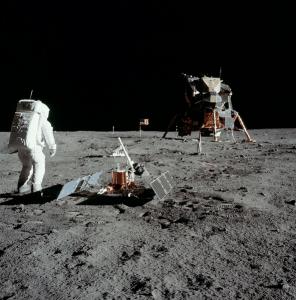 Астронавтът Бъз Олдрин на Луната и модула