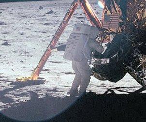 В 20 часа 17 минути 42 секунди UTC на 20 юли 1969 Лунният модул се прилунява в Морето на спокойствието и Нийл Амстронг докладва: