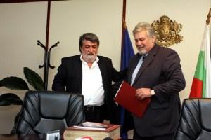 Двамата министри – бивш Данаилов и настоящ Рашидов, се оттеглиха в министерския кабинет, където си размениха и лични подаръци. ФОТО: М-во на културата.