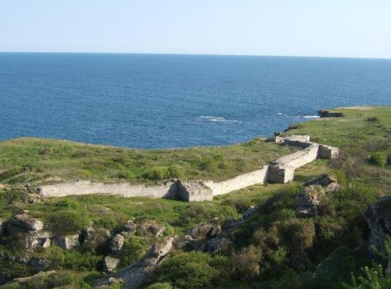 """Яйлата - приморска тераса с площ 300 декара (45,3 хектара), отделена от морето с 50-60 метрови скални масиви. На 2 км южно от Камен Бряг и на 18 км североизточно от Каварна се намира уникалният национален археологически резерват Яйлата. В местността е открит пещерен """"град"""" от 101 """"жилища"""", датирани към 5 хилядолетие пр.н.е. В северната му част се е запазила ранно-византийска крепост от края на 5 век, с частично съхранени четири кули и една порта. През средновековието пещерите са използвани като манастирски комплекс. Редовно археологически разкопки се правят от 1980 год., като основен интерес на проучванията представляват ранно-византийската крепост, некрополите и пещерните комплекси. Местността Яйлата е обявена за археологически резерват с решение на Министерския съвет през 1989 г. Името Яйлата има тюркски произход и означава """"високо пасище""""."""