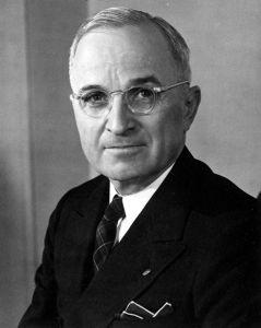 """Хари С. Труман (Harry S. Truman) (8 май 1884—26 декември 1972) е 34-ят вицепрезидент на САЩ (1945) и 33-ят президент на САЩ (1945–53), и встъпва в длъжност след смъртта на Франклин Д. Рузвелт. Труман работи на серия от духовнически длъжности преди да реши и да стане фермер през 1906 г., дейност, с която се занимава следващите десет години. Той е последният президент, който не е завършил колеж, въпреки че изучава две години право в Канзас.Със свои прител от военните години Труман открива магазин за облекла, който първите години е много успешен, но през 1922 банкрутира.През 1922 г. с помощта на политическата машина на Демократическата партия в Канзас, ръководена от Том Пендергаст, Труман е избран за съдия в районния съд на Джаксън Каунти, Мисури – административна, а не юридическа позиция.Макар и винаги е проявявал интерес към външната политика, Труман печели национална популярност през втория си мандат като сенатор със създаването на комитети,които разкриват изключително големи злоупотреби, корупция и безсмислени харчове в армията. С тази си популярност става вицепресидент през световнозначимата 1944г. Управлението на Труман е изпълнено със значими събития — използването на атомната бомба, краят на Втората световна война, започването на Студената война (Доктрина """"Труман""""), Планът Маршал за възстановяване на Европа, десегрегацията на въоръжените сили, създаването на ООН, вторият период на """"Червената заплаха"""" и Корейската война. Труман, който е поддръжник на ционисткото движение още от 1939 г., е основна фигура в създаването на еврейска държава в Палестина. Сред много противоречия, в къщи и чужбина, Труман признава Израел за държава, 11 минути след като тя се е провъзгласила за такава. Труман е народен и непретенциозен президент, популяризирал фразата """"Ако не издържаш на топлината, не стой в кухнята."""" Издал заповед за ядрената бомбардиривка над Хирошима,заради което получил прозвището"""