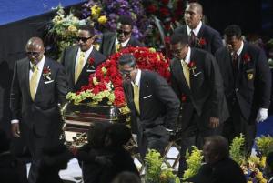 Най-близките изнасят тялото на Майкъл Джексън от Стейпълс Център в Лос Анджелес.На 25 юни 2009 година в Лос Анжелис си отиде завинаги от този свят Майкъл Джексън. Почти 40 години от своя петдесетгодишен живот той прекара на сцената. Беше признат за Крал на поп музиката и в изкуството си изпревари времето с десетилетия. Албумът му