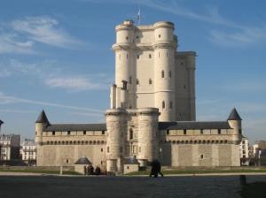 Венсен първоначално представлява ловна хижа, след което на същото място издигат дворец – крепост, катедралата, както и най-висoката запазена средновековна кула, която е чудесно съхранена, въпреки че по време на революцията са искали да я бутат, защото и тя е била използвана като затвор и е помещавала бележити люде като Дидро, Мирабо, маркиз дьо Сад и т.н.