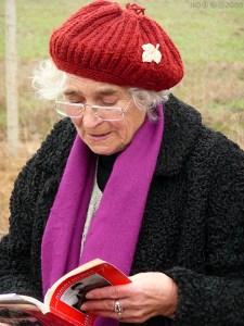 Баба Гергана чете историята на брата на бабата на автора на снимката Ико в градинката на пейката. ФОТО: Ико