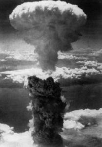 """В утрото на 6 август 1945 г., американския бомбардировач B-29 """"Енола Гей"""" (с командир на екипажа — полковник Пол Тибетс) хвърля над японския град Хирошима атомна бомба """"Little Boy"""" (""""малчуган""""). Три дни по-късно е хвърлена втора атомна бомба - """"Fat Man"""" (""""дебеланко""""), с която е разрушен град Нагасаки."""