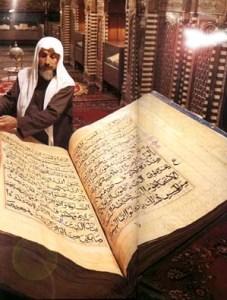 Известно е, че оригиналът на Корана е на арабски; именно същият този текст се използва и днес. Единствено оригиналът е напълно запазен: не се е наложило да бъде превеждан обратно на арабски от някой по-късен превод.