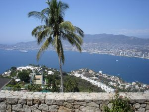 Панорамен изглед от Акапулко (Acapulco) - пристанищен град на Тихия океан в мексиканския щат Гереро. Намира се на 300 км югозападно от Мексико Сити. Акапулко е с население от 616 394 жители (2005 г.), което го прави най-големия град в щата и има обща площ от 1 882,60 км². ФОТО: Уики