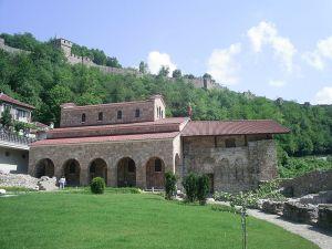 """Църквата """"Свети Четиридесет мъченици"""" се намира в подножието на крепоста Царевец и е най-известния средновековен български паметник във Велико Търново. Построена е и е стенописана по времето на българския цар Иван Асен II в чест на голямата му победа в Битката при Клокотница на 9 март 1230 г. (денят на Свети 40 севастийски мъченици) над епирския деспот Теодор Комнин. През XIII-XIV век е главна църква на манастира """"Великата лавра"""".В годините на османското господство, вероятно до първата половина на XVIII в., църквата се запазва като християнска. С превръщането й в джамия стенописите, иконите и иконостасът са унищожени. През 1853 г. претърпява промени и самата постройка. В черквата се намират едни от най-значителните старобългарски епиграфски паметници - Омуртаговата, Асеновата и граничната колона от крепостта Родосто от времето на хан Крум. Надписът на Асеновата колона е посветен на голямата победа на българите от 1230 г. при Клокотница. Изписана е в 13 реда на български език:"""