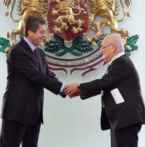 """Президентът Георги Първанов връчи орден """"Стара планина"""" – първа степен, на академик Ангел Ангелов."""
