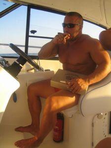 Най-силният мъж в България Митьо Крика се отдаде на нова лятна страст. Културистът, който обра доста родни и световни медали, взема уроци за управление на яхти. Мускулестият Аполон толкова се е амбицирал, че всеки ден преминава разстоянието от Слънчев бряг до пристанището в Созопол, където са акустирани любимите му две. Още през 2006г. Митко не изважда пурата от уста си, докато инструктор го обучава как да прибере яхтата в пристанището. По традиция изтощителните курсове завършват с марково уиски на палубата на яхтата. Докато Крика влиза в ролята на яхтмен, годеницата му Нина /главна сценаристка на предаването Елит/ се забавлява в компанията на наскоро задоменият рапър Устата. Фото и текст към снимка: Агенция ВИПкомюникейшън
