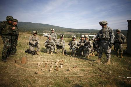 Американски и български военни участваха в съвместно учение в базата край Ново село. Сценарий на учението са реално случили се ситуации в Афганистан. Сред войниците на полигона има такива, които са били на мисии там. ФОТО: Ройтерс/Дневник
