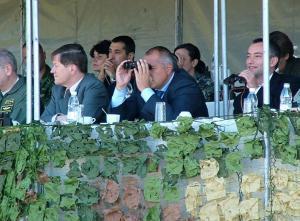 Българският премиер Бойко Борисов (с бинокъла) наблюдава съвместно военно учение на полигона в Ново село, заедно с военния министър Николай Младенов (дясно) и американски воении. ФОТО:Българскиновини