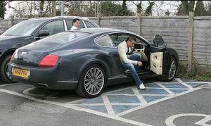 """Между най-известните собственици на Бентли в света е и португалската футболна звезда Кристиано Роналдо, който както изглежда също е над нещата, тъй като се вижда как безцеремонно паркира лъскавото си и струващо 140 000 английски паунда """"Бентли"""" на място за инвалиди. ФОТО и текст към снимка: СЪН"""