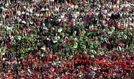 За разлика от футболистите, които се представиха грозно в Кипър, българската публика отново доказа, че е една от най-великите в Света. Над 2500 родолюбиви запалянковци, били път от България и платили билетите си, подкрепиха родните ритнитопковци. По численост нашата агитка бе колкото тази на кипърците, съобщиха репортерите на БНТ. Когато ставаше въпрос за подкрепа, безспорно по-гласовитата публика бе тази на българите, която буквално заглуши опонентите си в битката им за надмощие по трибуните. За съжаление и това не помогна на родните национали, които бяха прегазени долу на терена.
