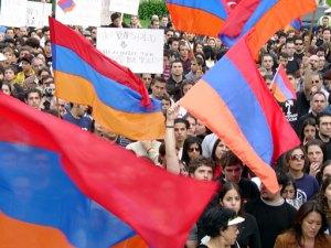 Хиляди арменци протестират всяка година на определена дата срещу непризнаването на Турския Геноцид от амероиканското правителство. Дали това ще бъде вече законно, след подписването на