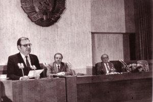 """Пленумът на ЦК на БКП от 10 ноември 1989 г. На заседание на Политбюро на 9 ноември 1989 г. Т. Живков е принуден да подаде оставка, която е потвърдена на 10 ноември и на пленум на ЦК на БКП. БКП започва да се променя в духа на съветската """"перестройка"""" – възстановява репресираните от Живков дейци, обявява нови политически и икономически реформи, отказва се от """"ръководната роля"""", осъжда """"възродителния процес"""", подготвя извънреден конгрес, на който се отказва от съветския модел, приема концепцията за """"демократичен социализъм"""" и се обявява за демократични избори. На 3 април 1990 г. се преименува в социалистическа – БСП."""