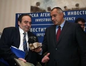 Министър-председателят на Р България Бойко Борисов връчи статуетка и грамота на представител на