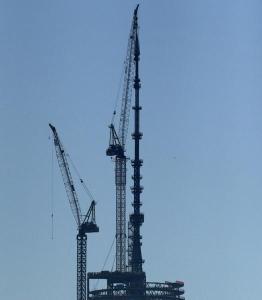 10 май 2013 г. Днес бе поставена новата кула на Търговския център в Ню Йорк с височина от 1776 фута, като така се запълни празнотата в силуета, оставен от атаките на 11 септември 2001 г. PHOTO COURTESY: NY Post/AP