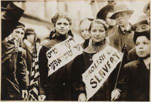 Правата на детето се търсят и в по-ранните години. В САЩ в началото на века започва борбата срещу дтеското робство. Снимката показва две момичета с банери с надпис