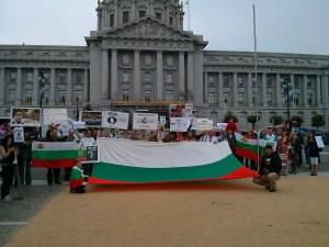 Над 60 човека до 11:00 часа местно време вече се бяха събрали пред кметството на Сан Франциско, съобщи Албена Трандева, една от организторите на протеста. Част от групата бе облечена в народни носии, много от присъстващите бяха цели семейства с децата си, допълни Трандева. Към протестиращите се включиха и израелски туристи, като един от тях заяви, че