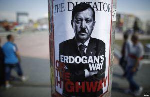 Плакат от протестите с изображението на Ердоган като Хитлер. ФОТО: http://www.rferl.org/ , REUTERS