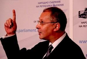 Станишев: Имам убедеността, че Делян Пеевски има волята и желание. От май 2005 г. Пеевски е следовател в стопански отдел на Столичната следствена служба, макар че според закона за тази длъжност се изисква двегодишен стаж. Пет месеца по-късно е назначен за Заместник-министър на държавната политика при бедствия и аварии в правителството на Сергей Станишев, но от квотата на ДПС, като не е известно как е попаднал при Ахмед Доган. Там той наблюдава Държавния резерв. Става и член на междуведомствената комисия, която издава лицензите за търговия с оръжие.